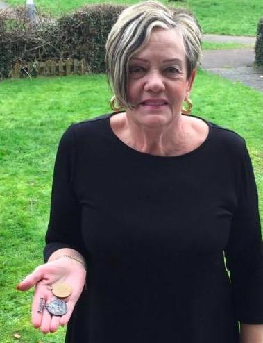 Женщина получила по почте старые медали. Она и не думала, что они помогут найти её потерянных родственников