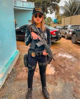 Полицейская борется с преступностью, но сама не без греха. Она похищает сердечки, и против этого нет оружия
