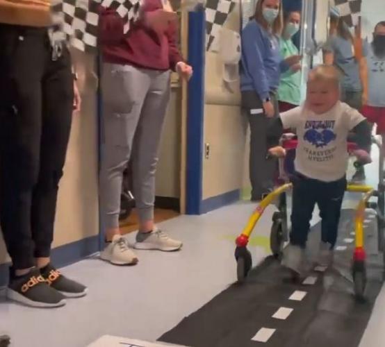 Малыш просто идёт, и все хлопают в ладоши. Своей походкой он опровергает медицинские знания последних 2020 лет