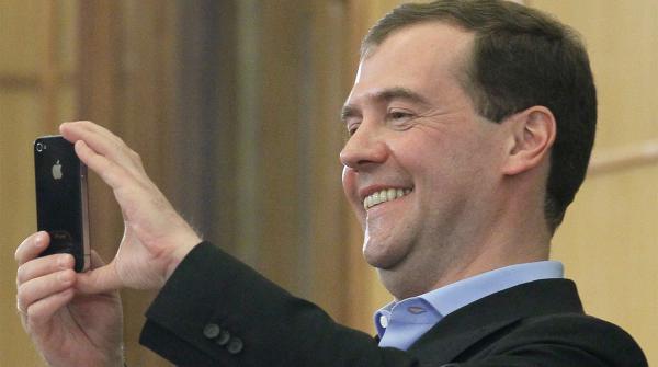Дмитрий Медведев показал фото с фонарями, и шуткам - быть. Ведь люди сочли, что это знак оппозиции (зря)