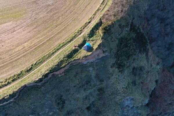Семья разбила палатку, но только утром хорошо рассмотрела место. Вы бы не провели там ночь ни за какие деньги