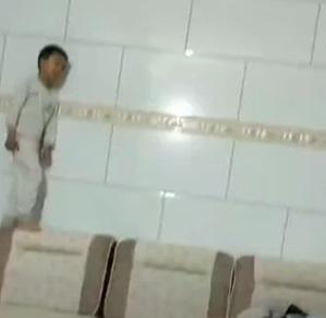 Найден сын Спайдермена, и малыш уже попал на видео. От супергероя он взял главное - умение ползать по стенам
