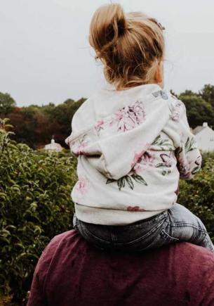 Мама бросила дочь при рождении и этим спасла девочке жизнь. Узнав, кем был её отец, та поверила в чудо