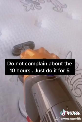 Домохозяйка показала, почему нужно чистить матрас, и зрителям поплохело. После увиденного им точно не уснуть
