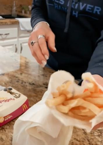 """Мать больше 17 лет хранила бургер и фри с """"Макдоналдса"""". Глядя на булку с картошкой, дети хотят перейти на ЗОЖ"""