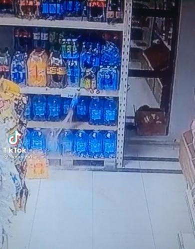 Продавщица показала, что происходит на полках магазина в Казахстане. Люди уверены: Илону Маску такое не снилось