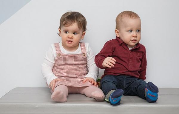 Брат младше родной сестры на 9 суток, но родились они в один день.