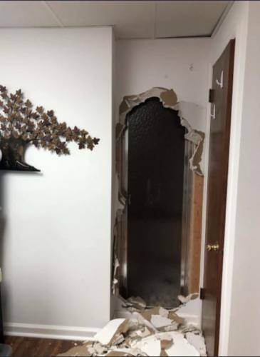 Хозяин сломал стену, а находка - его самого. Ещё бы, снаружи была не улица, а комната, о которой мечтают все