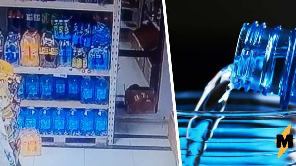 Продавщица показала, как путешествует бутылка на полках магазина. Люди уверены: Илону Маску такое не снилось