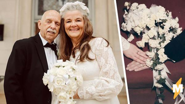 Пара воссоздала на фото день свадьбы, и удивились увидев фон.