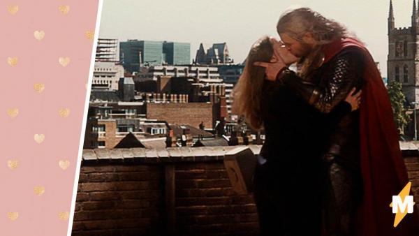 """Фаны Marvel узнали правду о поцелуе Криса Хемсворта в финале """"Тора-2"""". Там не Натали Портман, и так даже лучше"""