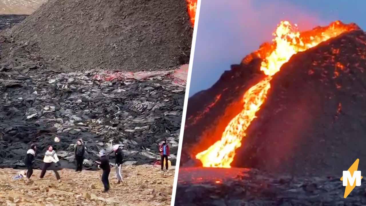 Исландцы играют в волейбол на фоне извергающегося вулкана. И этот ремейк Властелина колец  уже готовый мем