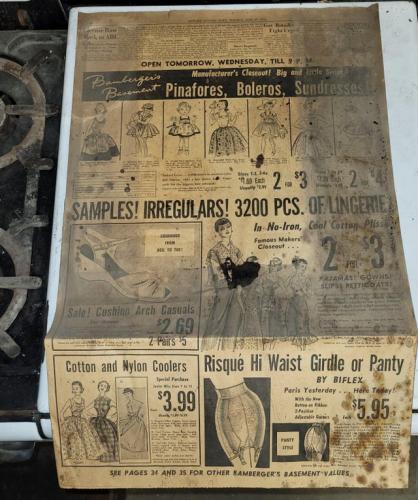 Реддитор купил старую плиту и нашёл там кусочек газеты. Мужчины хихикают, так как знают, зачем она там была