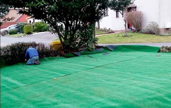 Муж обновил лужайку у дома, радостно постелив новенький газон. Но благодаря жене его счастье длилось недолго