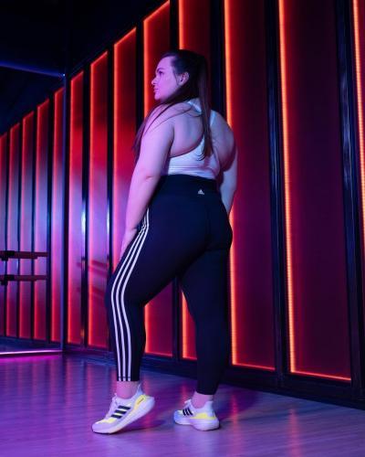 Adidas Russia запостили в фото бодипозитивной модели и открыли портал в ад. Хейтеры готовы отменять бренд
