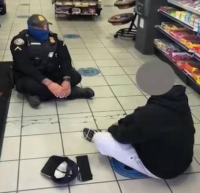 Офицер не стал задерживать хулигана, решив просто выслушать его. Так он понял, что слова сильнее электрошокера