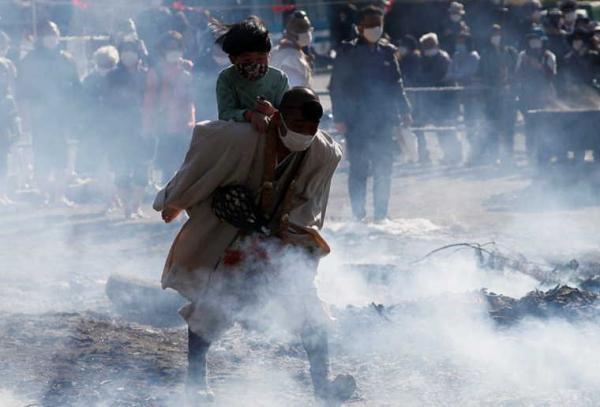 Гости фестиваля в защитных масках молились о безопасности. Но та удалила чат, когда люди пошли босиком по огню