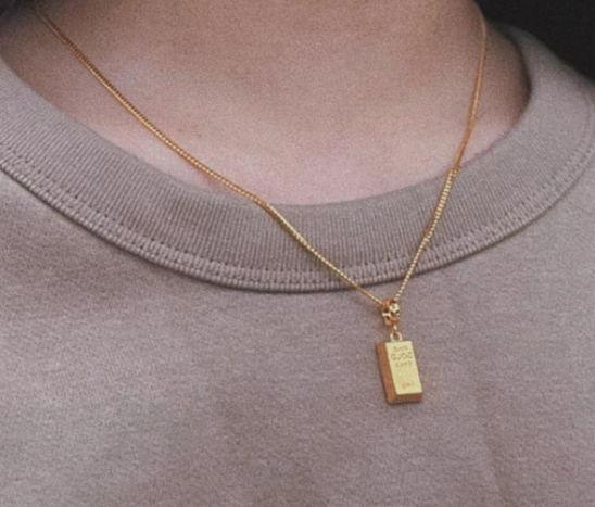 Брат сделал подарок сестре, и люди хотят стать его роднёй. Это слиток золота, но чтобы его увидеть, нужны дни