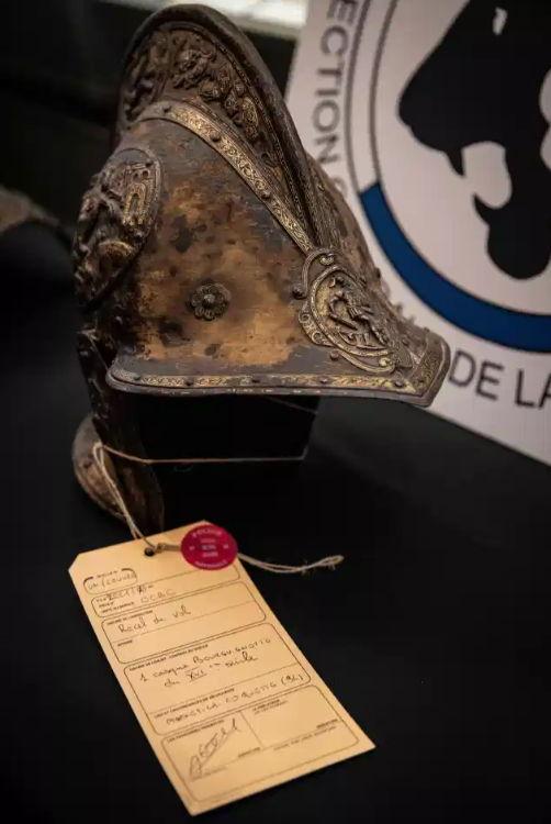 Власти 40 лет не понимали, как из Лувра исчезли рыцарские доспехи. Теперь ломают голову, как они вернулись
