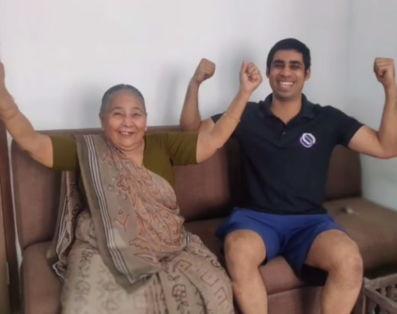 Бабушка в 82 года взялась за штангу, и старость покинула чат. Теперь с кресла она встаёт минимум в три подхода