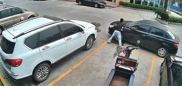 Скутер курьера зажали на парковке, но он не растерялся. Ещё бы, никто не ожидал, что Халк обнаружится в Китае