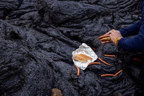 Геологи совмещают приятное с полезным, жаря сосиски на лаве. Теперь их хот-доги - самые брутальные в мире