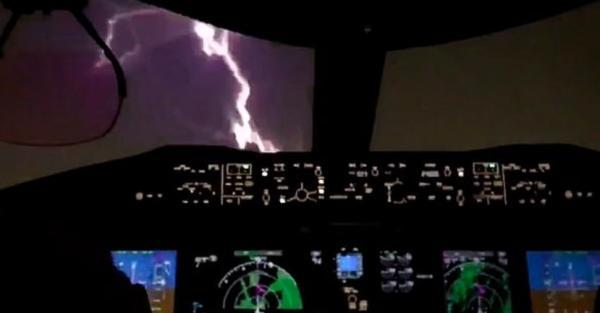 Пилоты показали на видео, как выглядит удар молнии из кабины самолёта. Привет, аэрофобия, давно не виделись