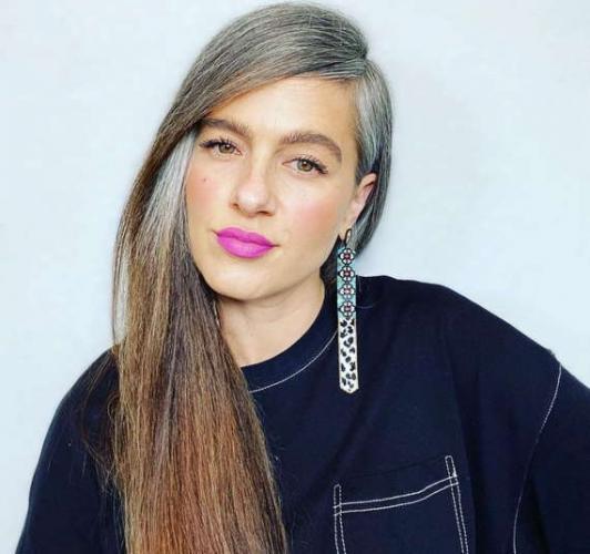 Блогерша бросила красить волосы и сломала время. Угадать её возраст и не влюбиться в трёхцветную голову сложно