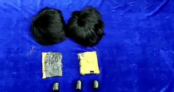 Полицейские увидели пассажиров с подозрительными причёсками и не зря их допросили.