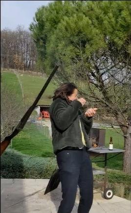 Двустволка в руках девушки — улётное оружие. Особенно, если никто не объяснил, как правильно из неё стрелять