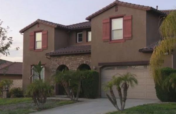 Пара купила жильё, но рано радовалась покупке. Прошлое дома год не пускает их внутрь, превращая их жизнь в ад