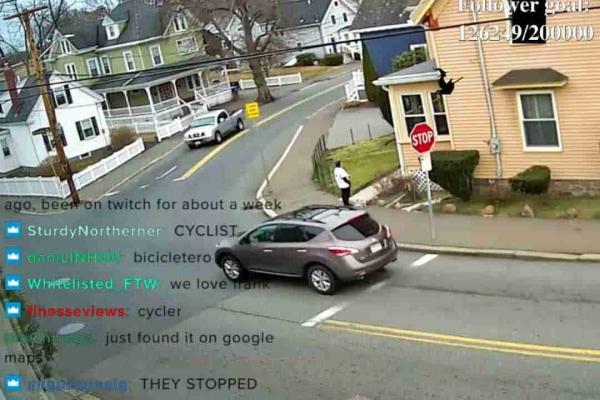 """Стример направил камеру в окно и собирает тысячи зрителей. А как иначе, ведь перед его домом нет слова """"закон"""""""