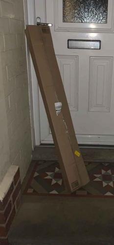 Курьер оставил посылку у двери, но так, что хозяйка полезла в окно. Буквально - доставщик не оставил ей выбора