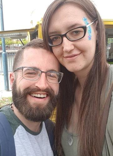 Муж боялся ходить с женой по улице - она его затмевает. Из-за её болезни ненормально рядом с ней выглядел он