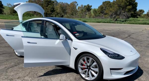 Tesla спасла жизнь водителю, переиграв угонщика. Вышло настолько круто, что в восторге остался сам Илон Маск
