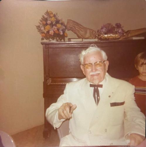 Девушка показала фото друга её прапрабабушки и сломала людей. Ведь на ней дедуля похож на основателя KFC