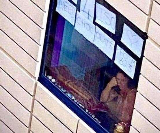 Путешественница шуточное послание прямо на окно. Она не знала, что на призыв о помощи сбегутся люди