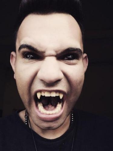 Татуировщик насмотрелся фильмов ужасов и стал одним из персонажей. Из образа вампира он выходить не собирается