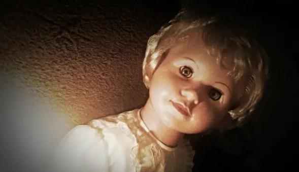 Кукла с духом внутри вселяет в хозяйку страх. Судя по её истории, у зловещей Аннабель появился конкурент