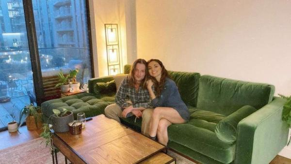 Пара сделала фото на диване, а вышла оптическая иллюзия. И это настоящий обмен телами, ломающий головы людям