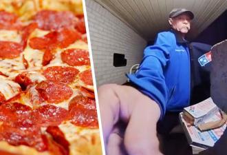 Курьер уронил пиццу перед дверью клиента, но вернул ей товарный вид. Его способ всё исправить отбивает аппетит