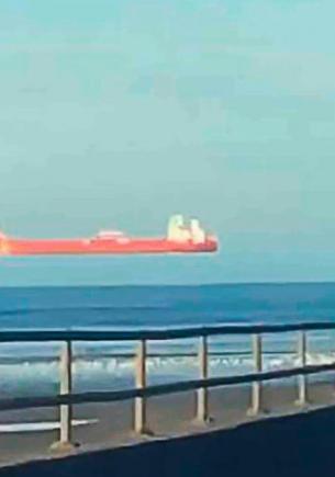 Прохожий заметил корабль и понял: Матрица окончательно сломана. Ведь судно плыло не по волнам, а по небу
