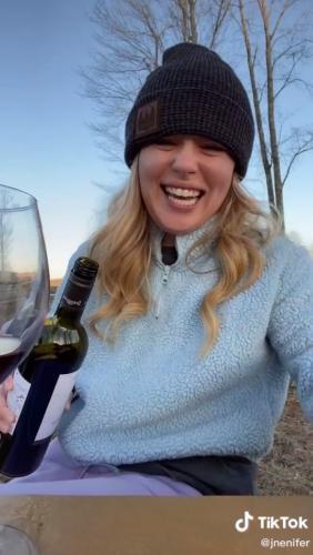 Жена запостила в инстаграм фото с бокалом вина и проиграла. Ведь такой снимок свекровь точно не забудет