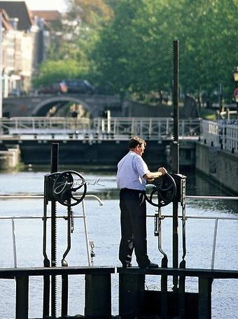 В Нидерландах появился рыбий домофон (серьёзно), но это ещё не всё. Открыть подводную дверь можете и вы