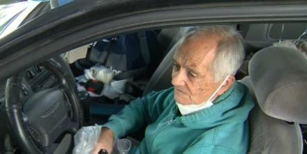 Прохожий увидел бывшего учителя, но . Содержимое багажника показало: старичка надо спасать