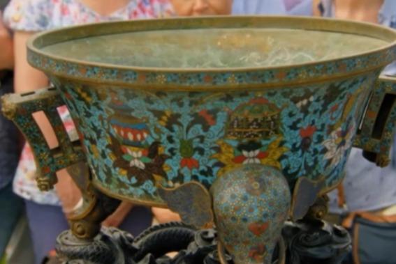 Старушка хранила вазу, подаренную бабушкой, но считала её простым украшением. Но