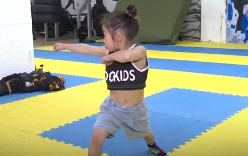 Брюс Ли вернулся, и это семилетняя девочка (серьёзно). Без видео с её трюками в это перерождение не поверить