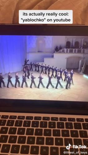 Иностранка показала видео, которое не может забыть, и люди в восторге. Кто же знал, что там русский танец