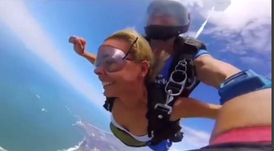 Девушка хотела выглядеть красиво на видео, когда прыгала с парашютом. Но увидев результат, поняла: это фиаско