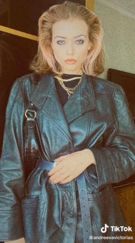 Блогерши перевоплощаются в жён бандитов 90-х годов. Даже Саша Белый тут растерялся бы и не смог определиться